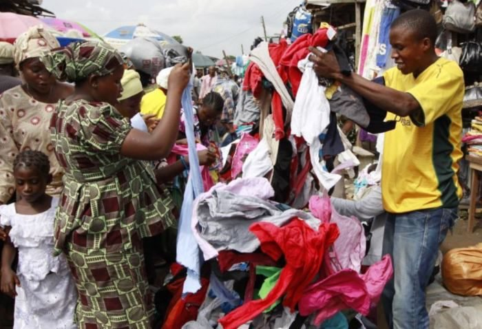SHOCKING!! Market Seller Rob His Female Customer In Lagos While Selling Cloth To Her (Watch Video) 1