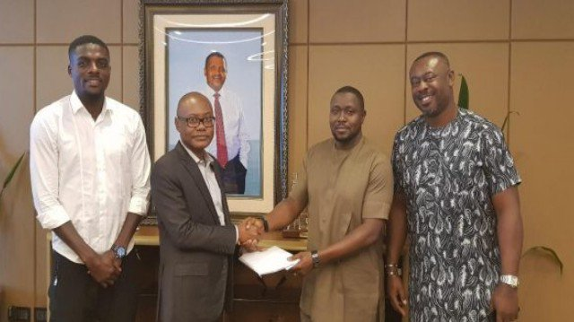 TALK AND DO! Dangote Redeems $50,000 Pledge To Super Eagles (Photo) 1