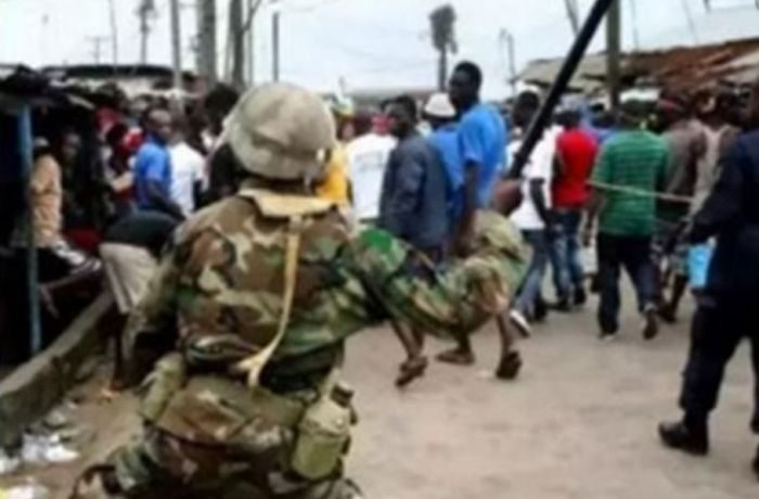 BIG SHAME!! Soldiers & SARS Officials Fights Each Other Over Yahoo Boys' 50m Funds in Akure (Video) 1