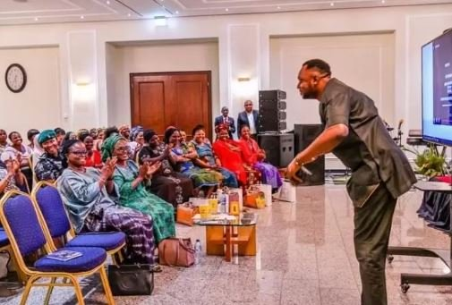 Picture Of Odunlade Adekola Prostrating For Vice President, Yemi Osinbajo's Wife Goes Viral (Photos) 3