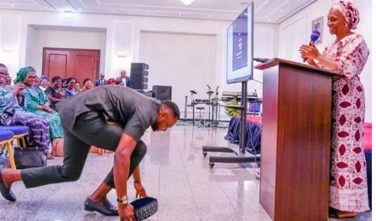 Picture Of Odunlade Adekola Prostrating For Vice President, Yemi Osinbajo's Wife Goes Viral (Photos) 2