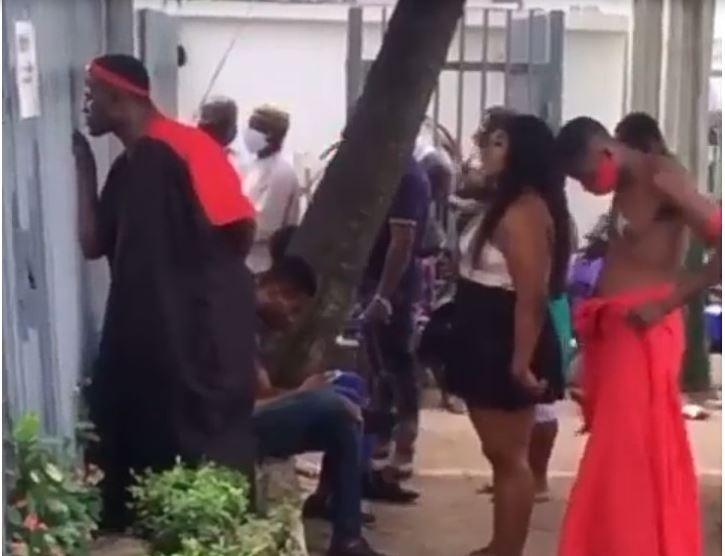 Drama As Lady Storms Bank With Her 'Babalawo' Boyfriend To Help Her Recover Her Money (VIDEO)